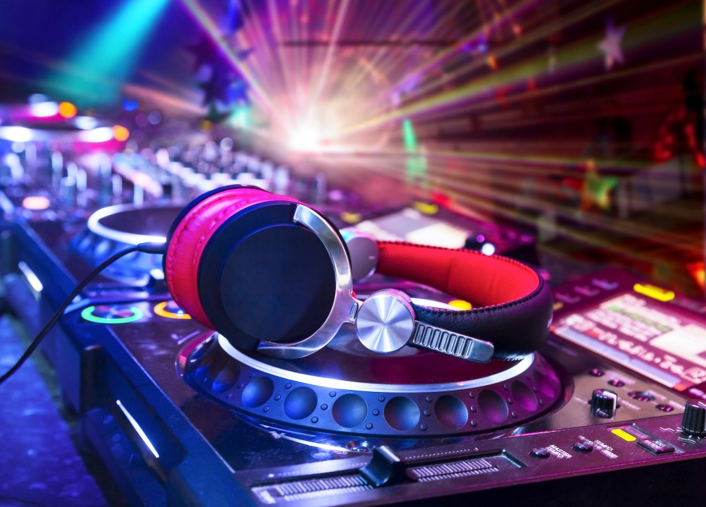 How to Become a DJ: A 10-Step Guide to Success